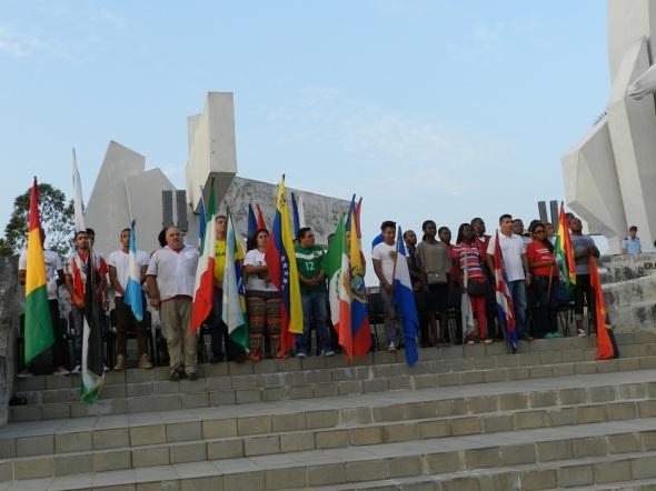 Representaciones de diferentes naciones en la tribuna por el 1 de Mayo