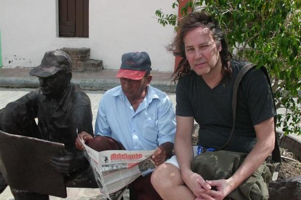 El creador chileno Andrés Tapia-Urzúa, quien participa  el Quinto Festival Internacional de  Videoarte, junto a el lector de Periódico de la Plaza del Carmen