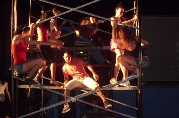 El público disfruto de la obra en la que intervienen bailarines  en medio de voces, periódicos, textos, andamios, acrobacias