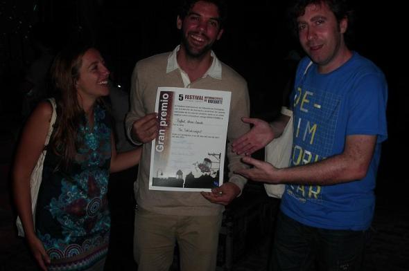 En el centro Rafael Abreu  muestra certyficado del Gran Premio del Festival