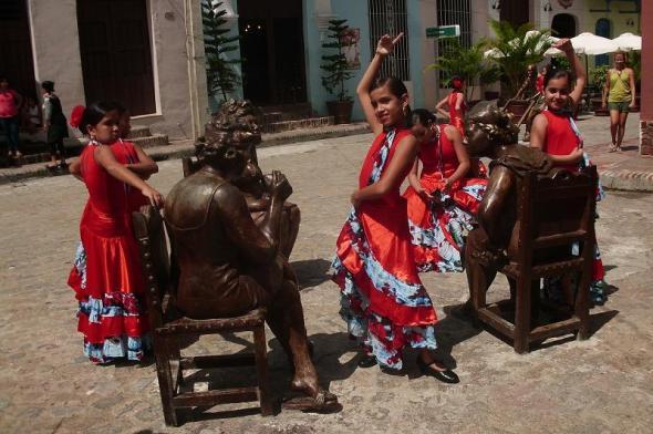 Las  chismosas, integradas por cuatro piezas, fue la primera de la esculturas terminadas y donde hoy  niñas aficionadas a la danza realizan actividades