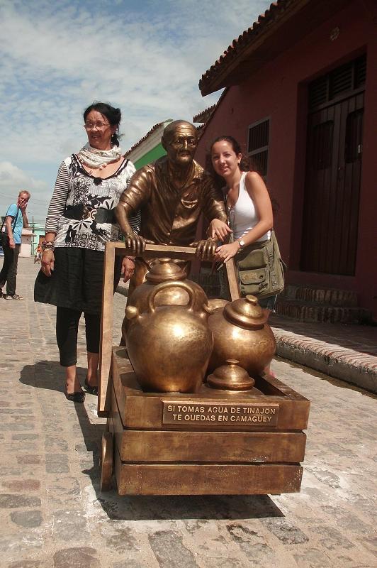 Martha Jimnez, a la izquierda accede a tomarse una foto junto a uno de los perosnajes y una joven visitante