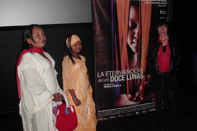 A la derecha la directora del filme Priscila Padilla