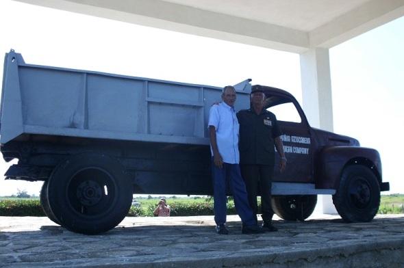 Dos de los sobrevivientes de Pino Tres en el camión donde fueron masacrados los heridos