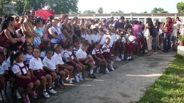 La familia cubana presente en el inicio del curso escolar