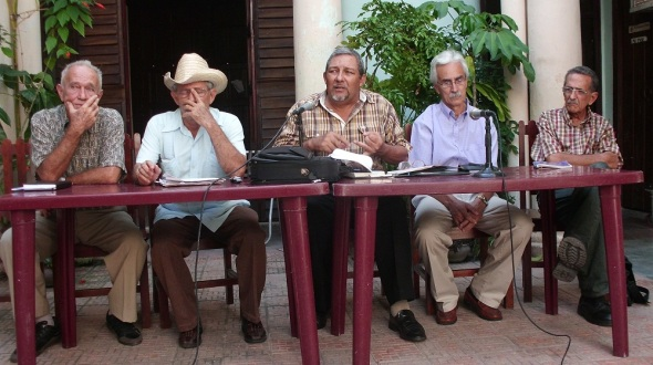A la izquierda Carrera con un grupo de investigadores tema indigena