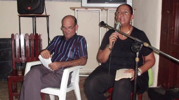 La conductora de espectáculo y declamadora Yuri del Río  y Sergio Morales, Presidente del Comité Provincial de la Unión de Escritores y Artistas de Cuba en Camagüey