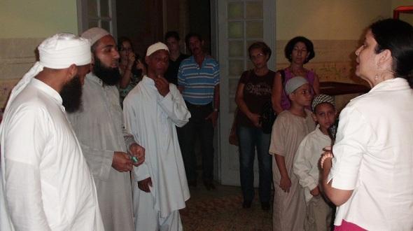 La delegación se interesó por los objetos que muestra la sala