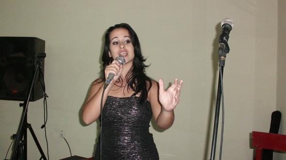 En el recital  grupos musicales y vocalistas jóvenes interpretaron canciones políticas y sociales y le cantaron al amor y a la paz