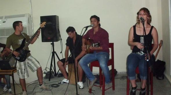 Jóvenes cubanos le cantan a la paz y a los  Cinco