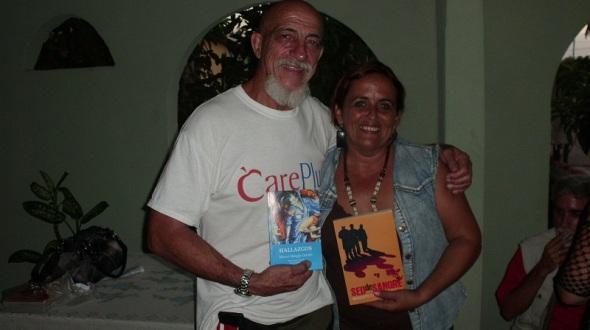 Modesto Caballero y  Mary Mangly Carrillo intercambian sus obras..Foto Lázaro David Najarro