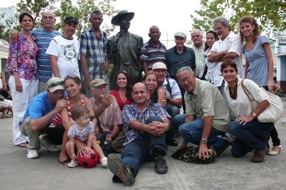Cardosa en el monumento al Benny en Cienfuegos