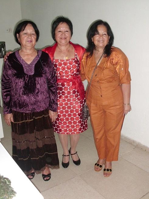 Flora fong en el centro con sus hermanas
