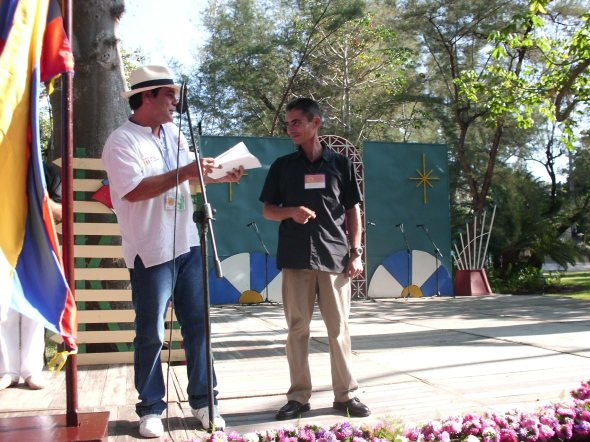 Edel Morales entrega el Premio  a Domingo Peña autor de Las implacables mansedumbres