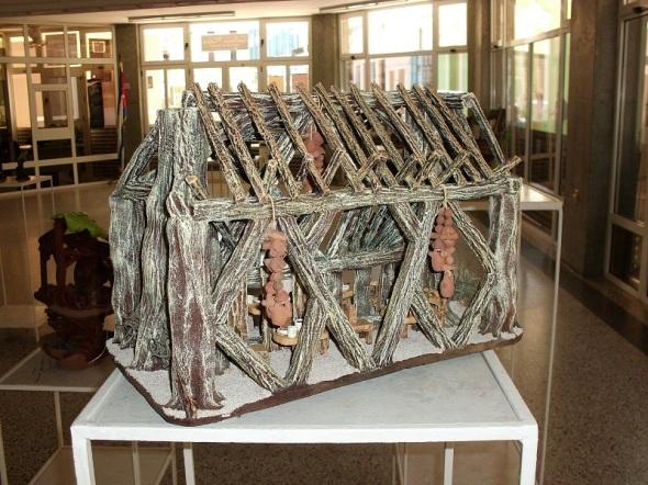 El artista-artesano Mariano  Marcial Márquez  lleva a la cerámica las estructuras arquitectónicas del ambiente campesino cubano