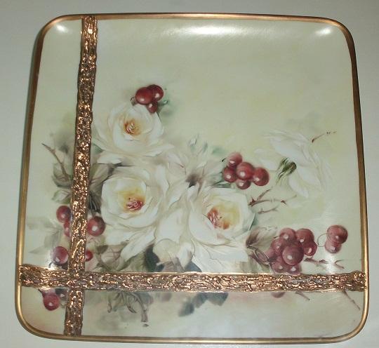 Plato con uvas y Rosas Mosquetas. Técnica Open Oil y Oro. Dimensión 33 cm.