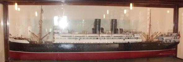 Muy parecido a este buque al Valbanera, aunque este prototipo tiene dos chimeneas