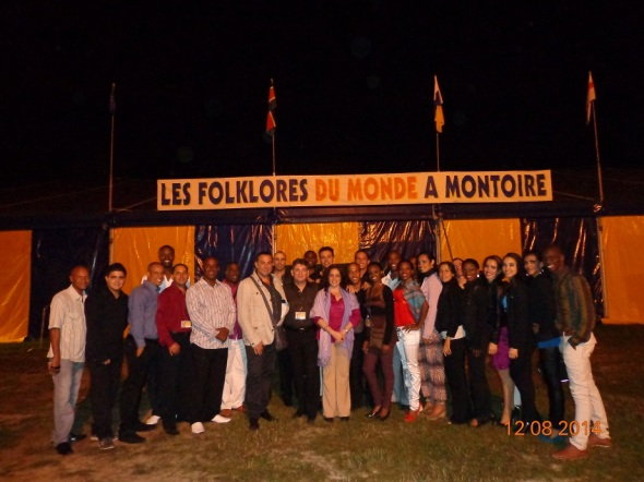 Camagua fue congratulado por  Saíly Prieto, funcionaria de la Embajada de Cuba en Francia en  Festival Internacional de Montoire.Foto cortesía compañia