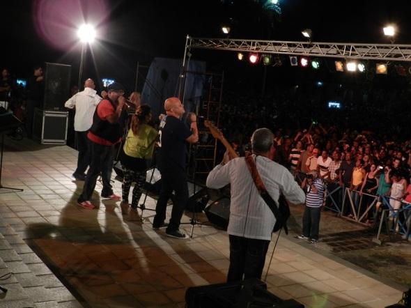 El concierto de la orquesta insigne de la música cubana,se extendió hasta la madrugada de hoy aquí ante miles de personas