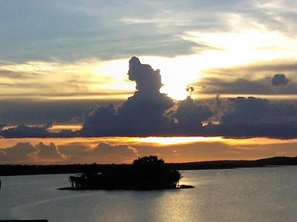 El Padre Sol ocultandose en el Lago Peten Itza