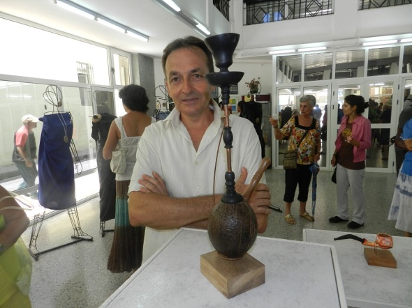 Jaime y una de las piezas correspondiente a la cultura de la India