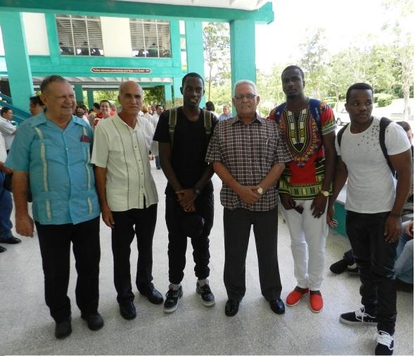 El Ministro e educacipon Superior y otros academicos con estudiantes angolanos que estudian en Camagüey