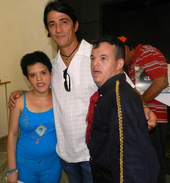 Iván con dos niños integrantes del proyecto