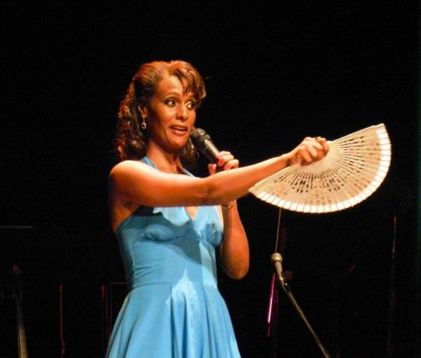 La interprete saludó a la ciudad con melodías que le recordaron sus primeros momentos como aficionada a la música en esta villa Patrimonio Cultural de la Humanidad