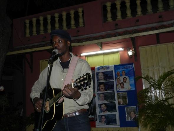 Con canciones patrioticas se celebra la liberacion de los cubanos