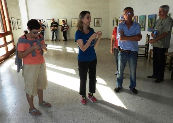 Turistas extranjeros visitan exposición