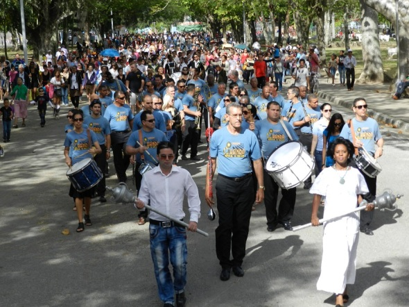 Miles de habitantes de la urbe participaron hoy en un desfiles desde el centro histórico hasta el Casino Campestre, mayor parque urbana de Cuba