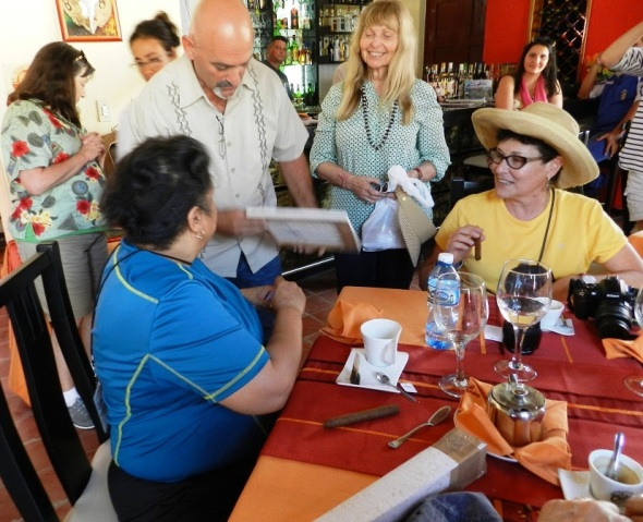 Eduardo Rosales con turistas foráneos