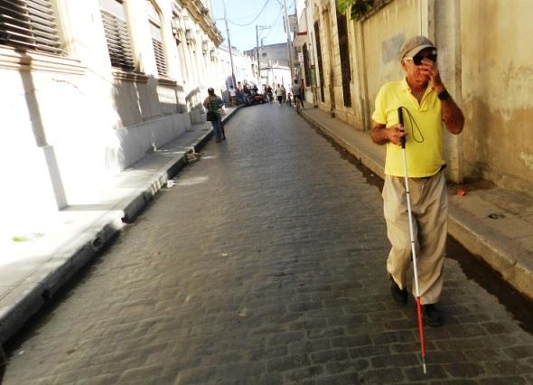 El afinador cubano de pianos Ricardo Fernández en las calles de Camagüey