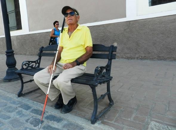 El afinador cubano de pianos Ricardo Fernández  un breve descanso en  la Plaza de los Trabajadores de Camagüey