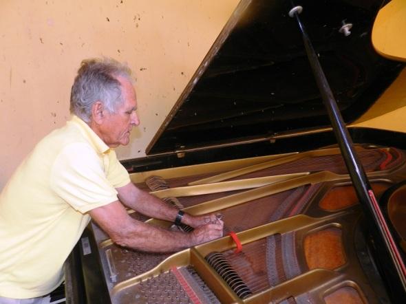 El afinador de piano debe practicar los dos tipos de escala musical la cromática y la  diatónica