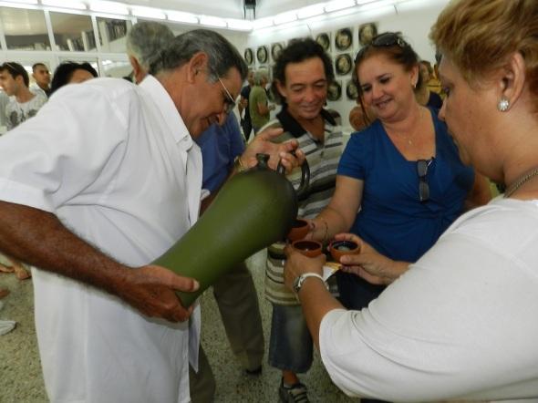 El artesano Eduardo García, director del Taller  brinda a los espectadores en una de las replicas de antiguas culturas mesoamericanas