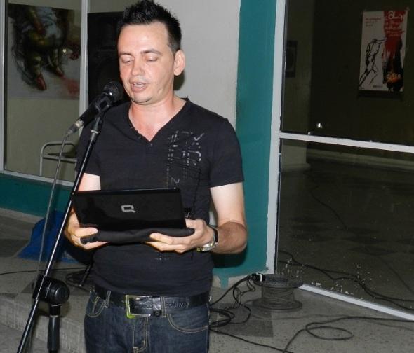 El crítico de artes Alfredo Fuentes,  (1)