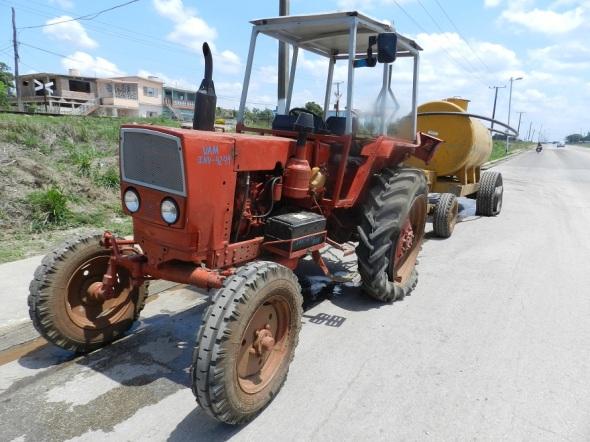 El omnibus también impactó este tractor