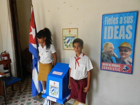 En Cuba los niños son los que cuidan las urnas
