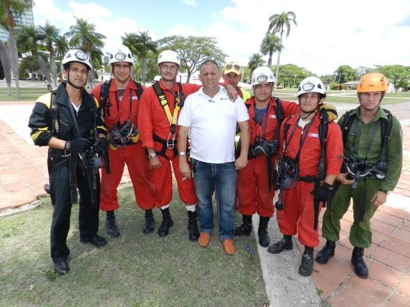 Integrantes del Comando de  Rescate y Salvamento y de la Cruz Roja