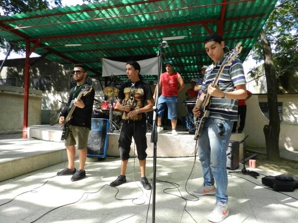 A la derecha guitarrista colombiano Joaquiin Tovar