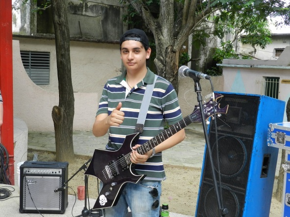 Guitarrista y vocalista colombiano Joaquín Tovar