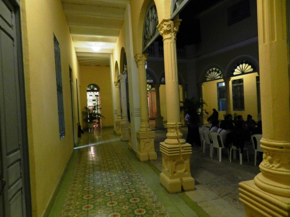 Paisaje nocturno de columna de la Casa de la Diversidad en Camagüey, Cuba