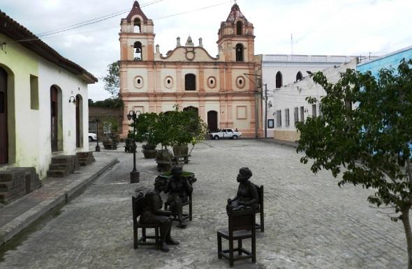 Desde el restaurante El Paso se puede apreciar el Conjunto Arquitectónico de la Plaza del Carmen,  Camagüey, Cuba.