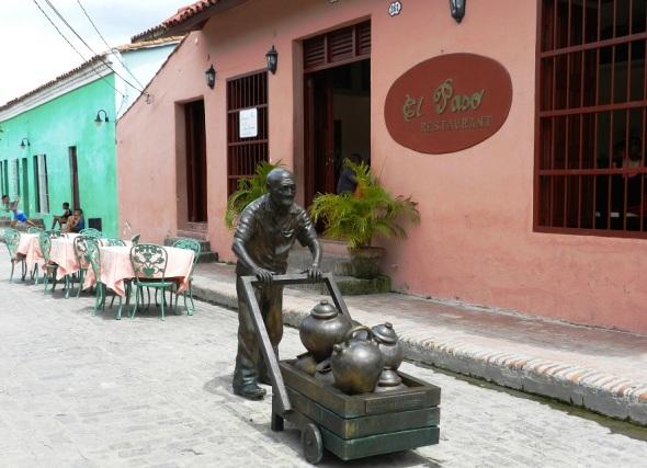 En los exteriores del Restaurante El Paso el vendedor de agua.