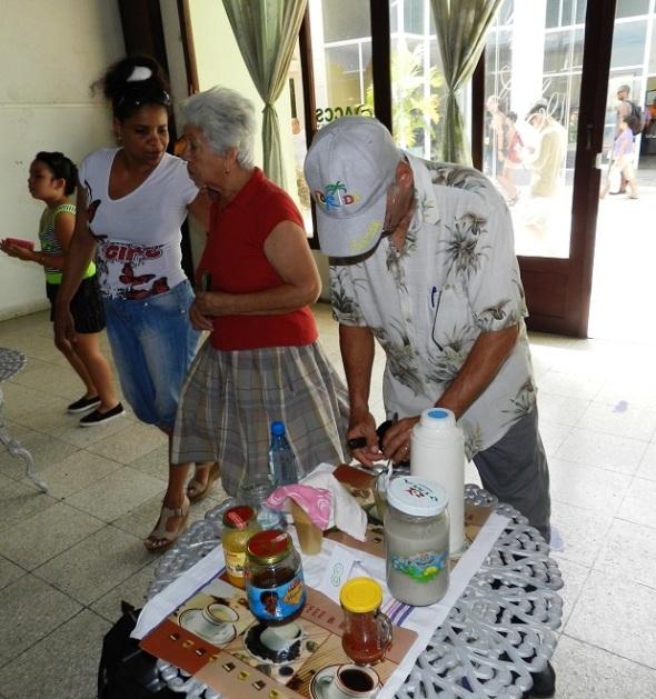 Gaspar Guerra con su colección de bebidas no alcohólicas