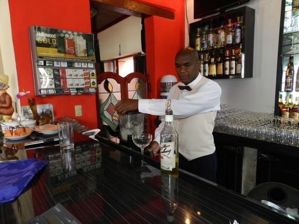 Preparando el famoso Daiquirí en el Restaurante El Paso, Camagüey, Cuba