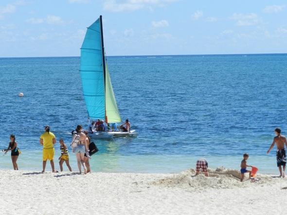 La interacción de vacacionistas de ocho países  en Polo Turístico de Santa Lucía
