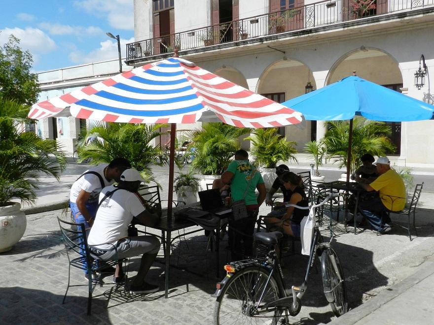 WIFI en el área que ocupa el emblemático Parque Ignacio Agramonte. Foto: Lázaro David Najarro