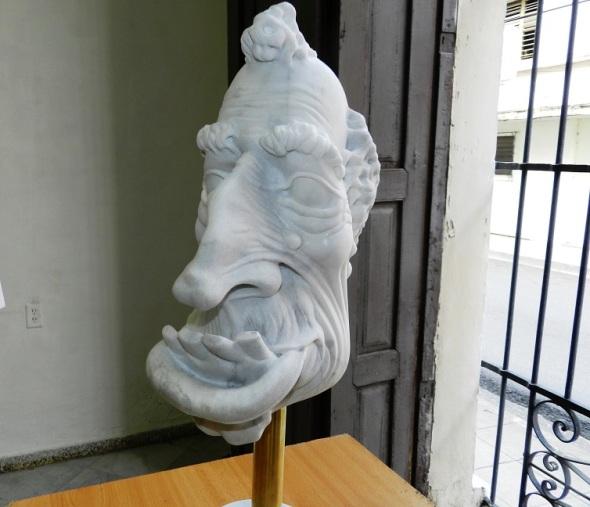 Obra sin título. Exposición de escultura en mármol Las Caricaturas de la Caricatura, del artista cubano Gregorio Pérez. Dimensión 65 cm x 4x 4pulgadas.